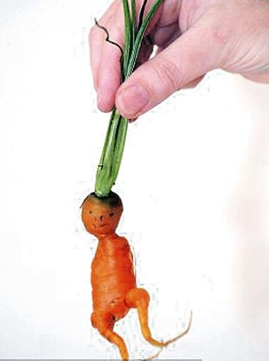 Госпожа Дарнелл уверяет, что глазки и ротик у морковки уже были от природы.