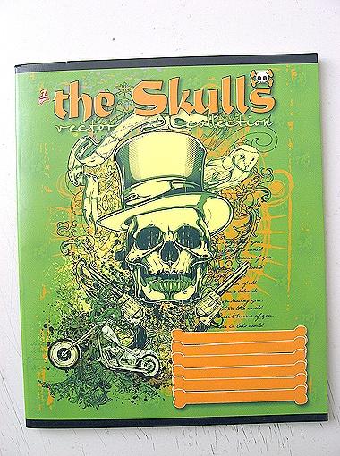 Скалящиеся черепа по одному и целыми компаниями украшают 24-страничные тетрадки (цена - 3,50 грн.). Слово skull, изображенное на тетрадке, в переводе означает