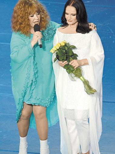 Алла Пугачева и София Ротару: две легендарные певицы обнимались на сцене, как лучшие подружки.