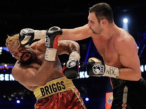 Бедняге Бриггсу безвреднее было бы упасть в нокаут, чем терпеть побои 12 раундов. Фото пресс-службы Фонда братьев Кличко.