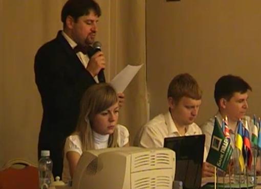 Ведущий и жюри турнира. Скриншот с видео
