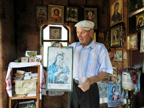 08)Дважды в день пенсионер-коммунист читает молитву в своем храме. Фото автора.