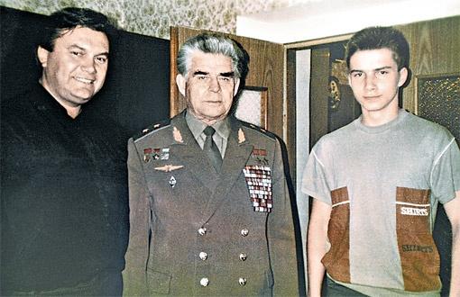 Редкое фото - космонавт Георгий Береговой в гостях у Януковичей в 1990 году (справа - сын Александр).