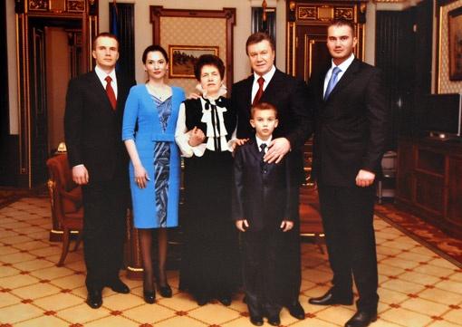 Семья президента Украины в его рабочем кабинете в день инаугурации: (слева направа) Александр Викторович с супругой Еленой, Людмила Александровна и три Виктора - дед, младший сын и внук.
