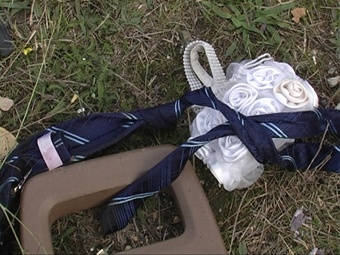 Возле машины нашли браслет на руку из белых роз