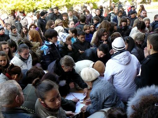 Сотни симферопольцев вышли на митинг - незаконно уволенный директор школы в больнице с инсультом фото