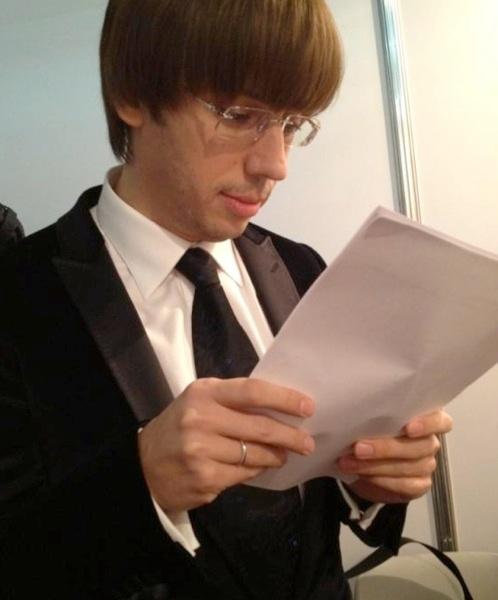 Максим Галкин в новом статусе- с обручальным кольцом! Фото: Твиттер Николая Баскова