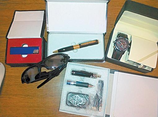 Сувенирная продукция с вмонтированными микрофонами и фотокамерами.