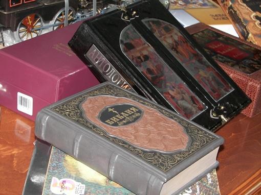 Добкину принесли арбалет, книги и бронзового Ленина фото 4