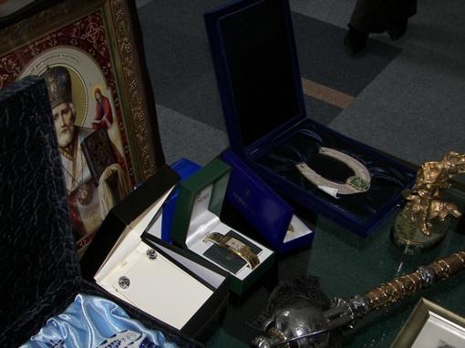 Добкину принесли арбалет, книги и бронзового Ленина фото 1