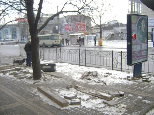 Чтобы дойти до остановки, люди прыгают через камни
