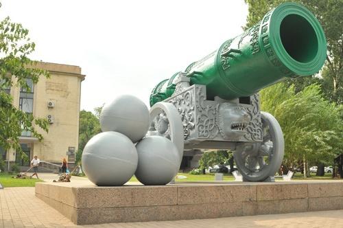 Царь-пушка у входа в городскую мэрию - точная копия московской.