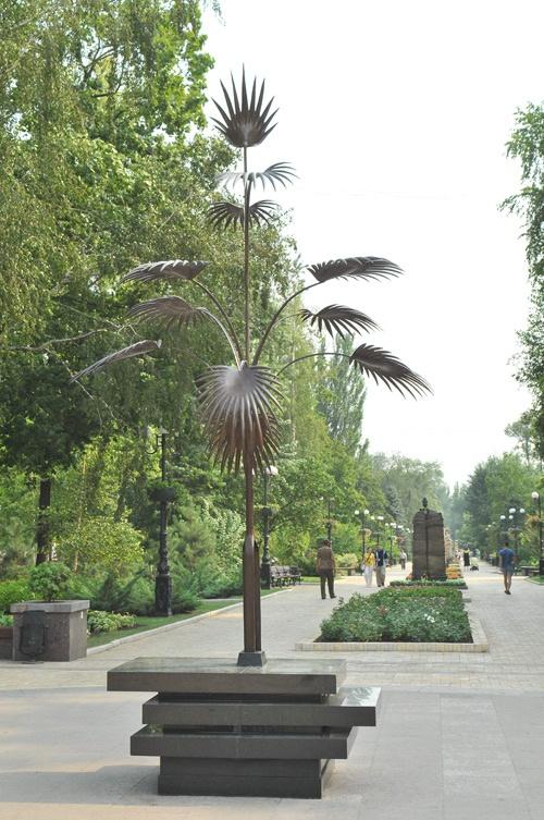 Пальма, выкованная из цельной рельсы, стала одним из символов города.