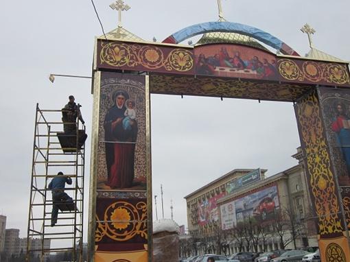 Праздничные декорации на площади Свободы особенно понравились детворе. Фото Юрия ЗИНЕНКО.