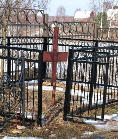 Рядом - скромная могила матери актера.