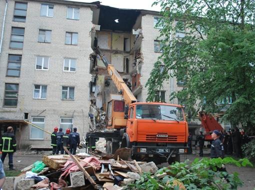 В результате обвала рассыпались восемь квартир пятиэтажки. Можно ли жить в остальной части дома, чиновники пока не знают.