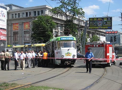 Проспект Карла Маркса сразу после ЧП перекрыли, а первый маршрут трамвая, где рвануло, остановили до вечера. Фото автора.