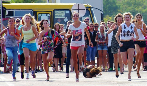 Участницы падали, поднимались со слезами на глазах, но гнали к финишу.