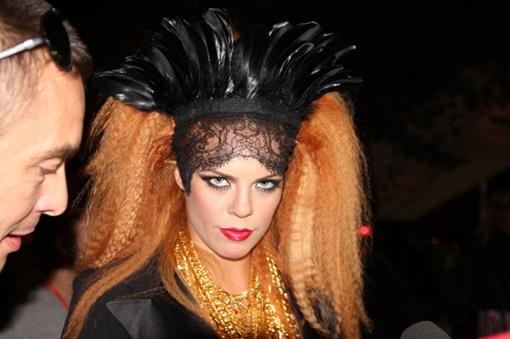 В первый концертный день Настя примерила на себя образ леди-вамп. Фото Максима ГОЛОВАНЯ.