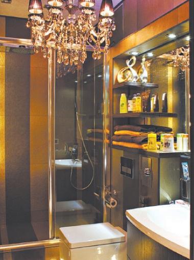 В ванной комнате есть ковры и даже люстра в стиле ампир!