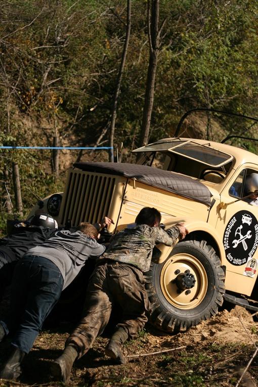 Самого победителя перед финишем пришлось вытягивать из болота. Фото Романа ОЧЕРЕТНОГО.