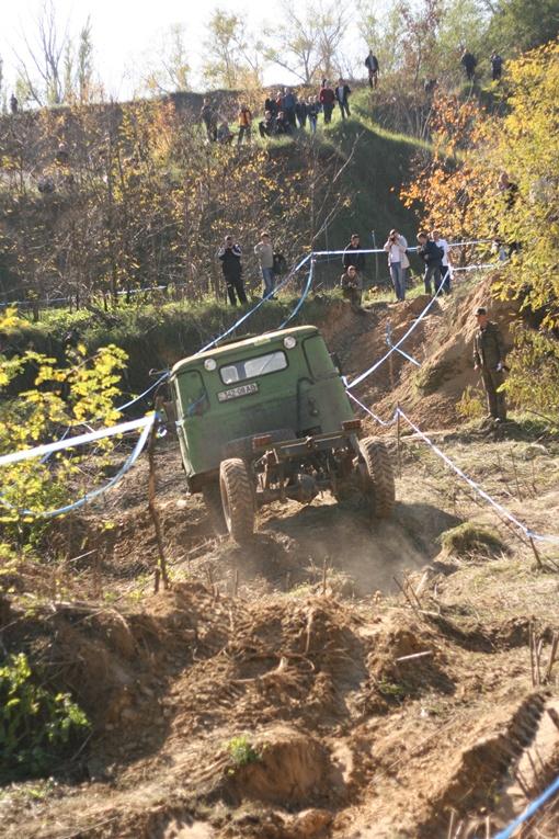 Не пугался трудностей и немецкий грузовичек. Фото Романа ОЧЕРЕТНОГО.