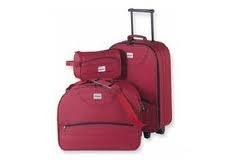 Косметичка, дамская сумка, сумка на колесиках.  Набор багажа: 3 сумки.