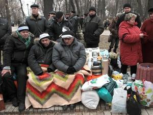 Голодающие и спать ложатся прямо на лавочках у стен Кабмина. Фото УНИАН.