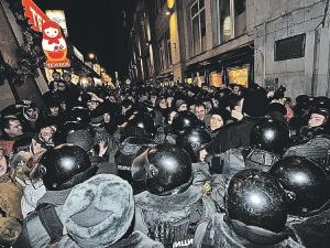 ОМОН и оппозиция выдавливали друг друга с улочек, ведущих к Триумфальной площади Москвы. Случайные прохожие вжимались в стены домов. А победил, конечно, ОМОН. Фото ИТАР - ТАСС.