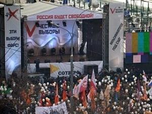 На митинге в Москве собралось уже 28 тысяч человек Фото: Сергей ШАХИДЖАНЯН