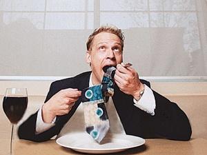 - Так оголодал, что съел бы и галстук, и вилку...