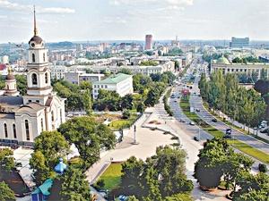 Летом иностранцам на широких центральных улицах и гулять приятно, и заблудиться невозможно.