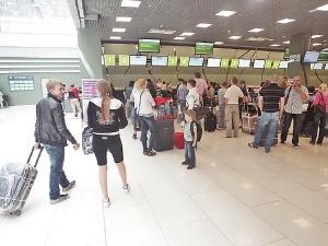 Больше всего повезло авиапассажирам. Им можно везти подарки на 1000 евро. Фото Максима ЛЮКОВА.