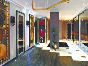 Прихожая VIP-апартаментов напоминает картинную галерею.